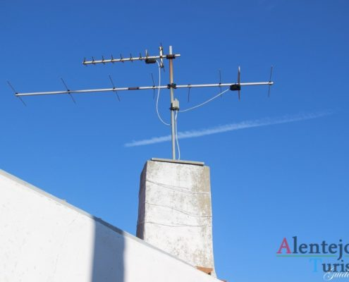 Chaminé com antena.