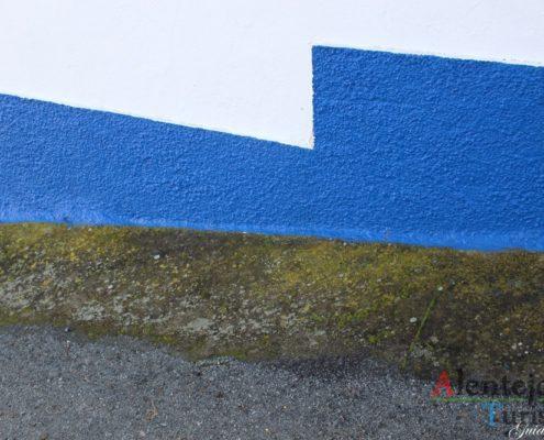Barra azul e estrada.