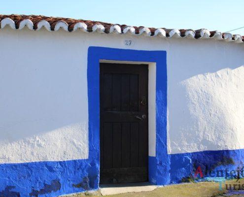 Casa branca com barras azuis.