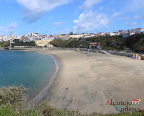 Areia, mar e cidade.