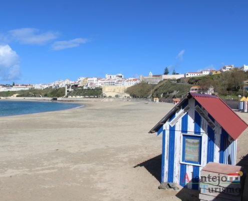 Casa às riscas azuis e brancas, praia e cidade