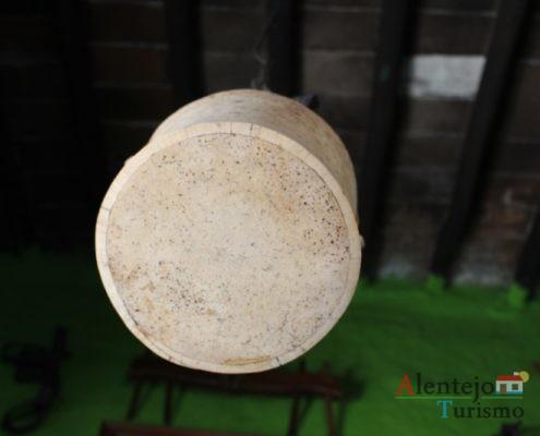 Objeto de cortiça pendurado no teto